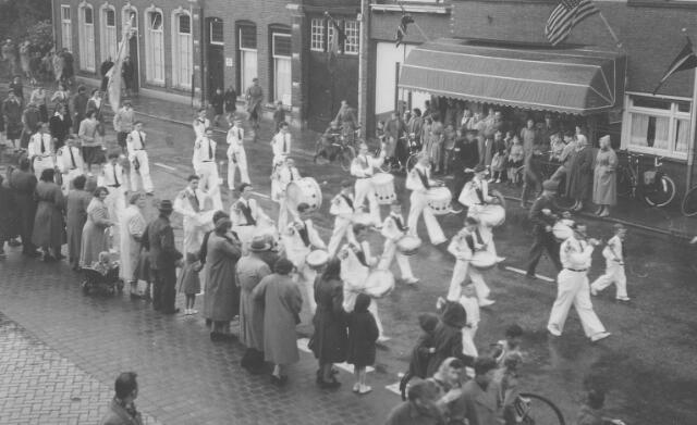 063769 - Drumband SOS bij het inhalen van de Goirlese zusters van het Kostbaar Bloed ter gelegenheid van de viering van het 75-jarig bestaan van het Goirlese succursaalhuis van deze congregatie.
