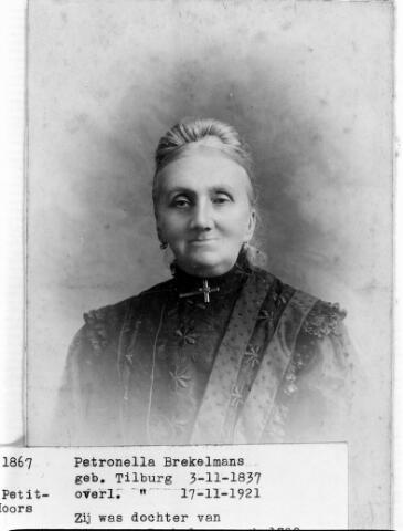 048453 - Petronella Brekelmans, geboren te Tilburg op 3 november 1837 en aldaar overleden op 17 november 1921. Zij was een dochter van Johannes Brekelmans uit Udenhout en Maria Anna Sparidaens. Zij trouwde met slager Martinus Jacobus Moors.