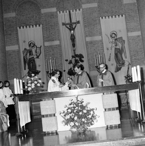 1237_006_246-3_005 - Kerk. Religie. Heilige mis.   De moderne wijding van Pater J. Wijnen door bisschop Bluyssen in juni 1973.