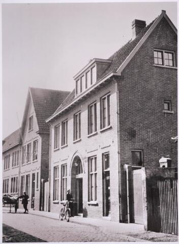 030882 - De Schoolstraat. Van 1922 tot 1968 was in dit pand de GGD gevestigd.
