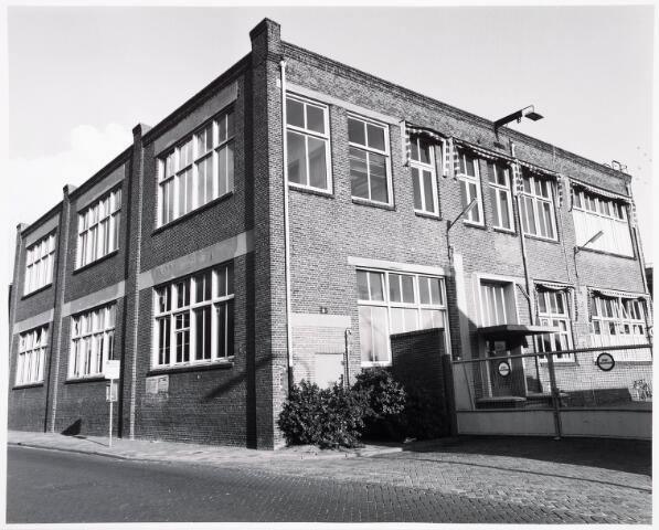 """034134 - Voltstraat zuidzijde met de """"oude"""" hoofdingang van Volt in September 1978. Het gebouw links is gebouw B, gebouwd in 1919. Oorspronkelijk produceerde men hier lampen. Na de afbouw hiervan werden vanaf 1927/1928 beneden condensatoren en wat later ook een tijdje radiobuizen gemaakt. Boven was de grote kantine alsmede een kleine""""staf""""kantine. Alle Voltverenigingen maakten gebruik van deze kantine. De gymnastiek vereniging gebruikte ze zelfs als gymnastiekzaal. Boven was ook jarenlang een klein personeelswinkeltje waar je via een schuifraam je bestelling kon doen. Na 1965 was beneden ook de ontwerpgroep condensatoren gevestigd. De tekenkamer en proevenwerkplaats was aan de Voltstraatzijde. Dieper er in was de mechanische werkplaats van de afd. speciaal condensatoren ( Speco ). Ongeveer tijdens het maken van deze foto was de ruimte door Volt reeds verlaten."""