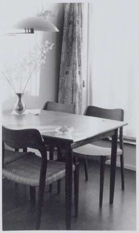 044819 - Interieur van het pand Karperstraat 6, woonhuis van de familie Buster. De eethoek. De meubels werden gekocht in een zaak aan de Lijnbaan te Rotterdam.