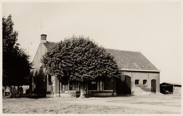 102061 - Horeca. Cafe van Janus Broeders aan de Havenweg, net voorbij het havenhuis in zuidelijke richting en gesloopt in 1960.
