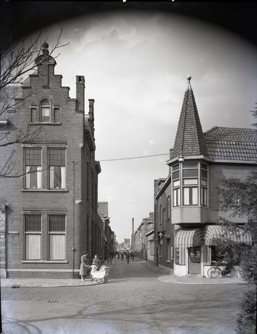 653845 - Smidspad, gezien vanuit het Wilhelminapark. Links het voormalig politiebureau. rechts op de hoek een bakkerswinkel.