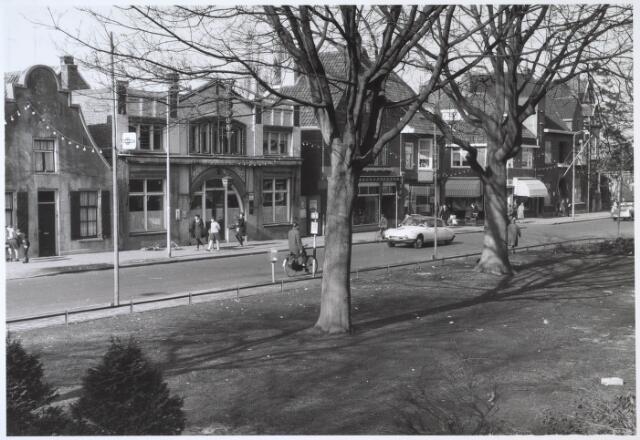 024503 - Gedeelte van de westzijde van het Korvelplein in 1963. Links Café Verbunt in zaal L'echo des Montagnes en rechts daarnaast woninginrichting Van Herwaarden