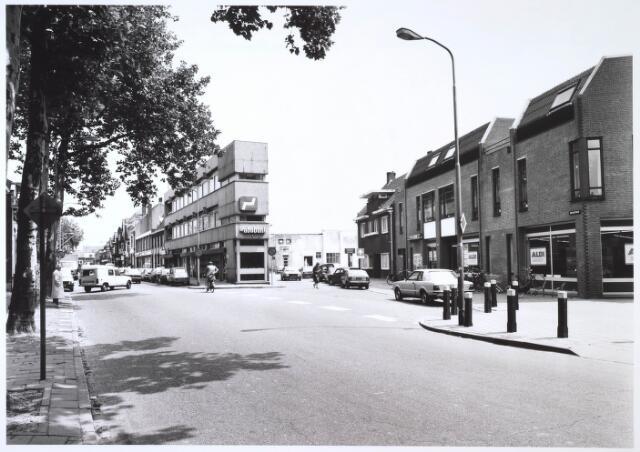 024699 - Korvelseweg met rechts een filiaal van levensmiddelencorncern Aldi, dat van daaruit vertrok naar een locatie op het Transvaalplein