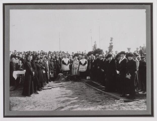 018276 - Eerste steenlegging op 6 september 1921 voor de bouw van de Willibrorduskerk van de parochie  Loven door pastoor F. Mannaerts. Architect was C. van Hoof