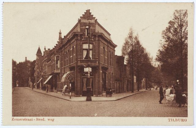 003054 - Links de Zomerstraat, rechts, bij de vrouw met kinderwagen, het begin van de Bredaseweg.
