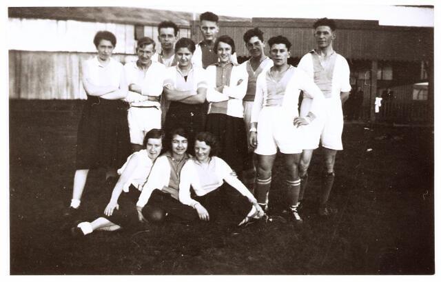 052827 - Volt. Sportvereniging afd.korfbal. Ca. 1940. Staande voor 1e rij rechts Chr. Boeren. Links achter hem mogelijk zijn broer Bas.