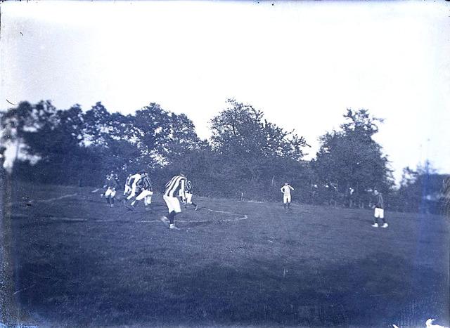 651582 - Voetbal. Voetballende mensen. De Bont. 1914-1945.