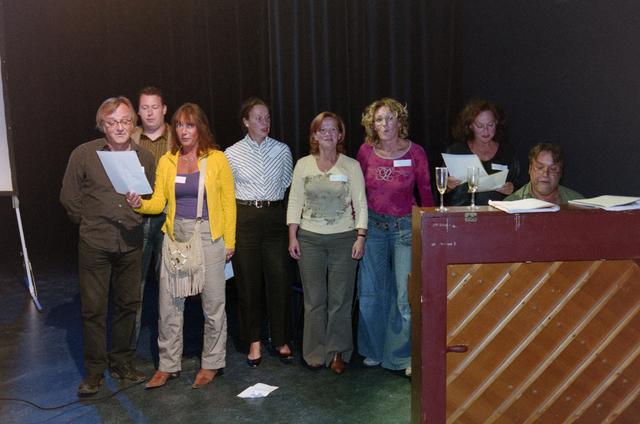 1237_001_024_021 - Cultuur. Muziek. Een presentatie in de Tilburgse Revue op 15 september 2004. Samen zingen op het podium.