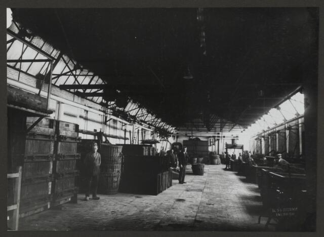 071845 - De wolververij van textielfabriek De Regenboog, officieel genaamd; stoomververij en chemische wasserij De Regenboog, firma Janssen en Bierens, Tilburg. In het midden staat verfmeester G. Roijers. De foto is afkomstig uit een album dat werd gemaakt ter gelegenheid van het 40-jarig jubileum van textielfabriek De Regenboog op 2 december 1930.