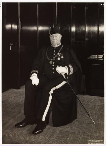 008066 - Mr. dr. Frans Lodewijk Gerhard Zeno Maria Vonk de Both werd geboren te Zevenaar op 21 maart 1873. Hij studeerde te Parijs en Berlijn, promoveerde in 1899 in de rechten en verwierf in 1903 het doctoraat in de staatswetenschappen. Zijn ambtelijke loopbaan begon hij als hoofdcommies ter secretarie te Tilburg op 1 februari 1909, waarna hij gemeentesecretaris werd op 10 november 1911. Tijdens de Eerste Wereldoorlog volgde zijn benoeming tot burgemeester van Tilburg (op 24 november 1915), waarbij al dadelijk zijn volle werkkracht werd gevraagd voor de mobilisatie- en distributievraagstukken alsmede voor het vluchtelingenprobleem. Vierentwintig jaar lang voerde hij een krachtig beleid. Mede aan hem is te danken dat de Economische Hogeschool en de R.K. Leergangen in Tilburg kwamen. Met ingang van 21 november 1939 werd hem eervol ontslag verleend. Tot aan zijn dood (sinds 1938) heeft hij nog de functie bekleed van voorzitter der Unie van Waterschapsbonden. Vonk de Both was Officier in de Orde van Oranje-Nassau en Ridder in de Orde van de Nederlandse leeuw. Hij overleed te Ede op 14 januari 1952.