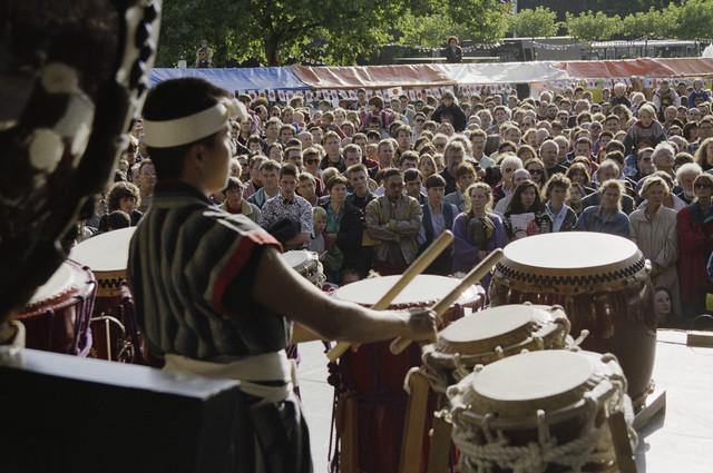 """TLB023000270_003 - Ter gelegenheid van de Japanse Feestdag """"Bon Matsuri"""" op 20-09-1993 werd een week afgesloten met allerlei activiteiten waarin op tal van manieren aandacht werd besteed aan Japan. Zo waren er ook japanse trommelaars en drummers op de uitmarkt,"""