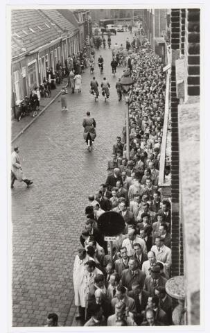 039096 - Volt. Jubileum.   Op 12 juni 1954 werd het 25-jarig dienstjubileum van Ir. J. Kipperman, directeur van Volt, gevierd. De receptie voor het personeel begon op zaterdag om 16.30 uur. De politie, achteraan de rij zichtbaar, moest het verkeer tot 18.30 uur regelen. Het moet gezegd worden, Ir. Kipperman was een zeer geliefd persoon met niet alleen goede leiderskwaliteiten, maar ook erg begaan met het persoonlijk welzijn van alle medewerkers. Bron: Volt Contact juni 1954.