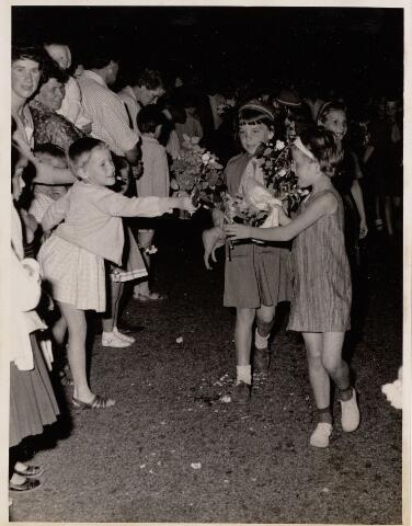 100080 - Wandelsport. Sluiting, middels een gezamenlijk defilé van de avondvierdaagse in 1966