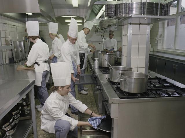 TLB023000103_001 - Aankomende koks in keuken van  MBO Horeca- / Koksopleiding van de Rooi Pannen. Foto ter promotie van opleiding en t.b.v. de Onderwijsexpositie.
