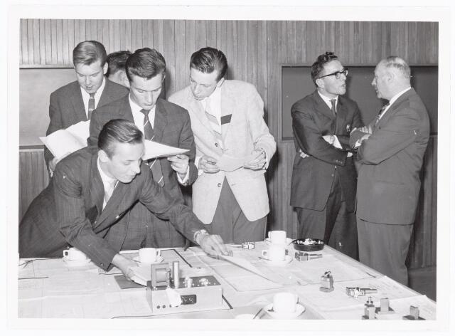 038589 - Volt. Zuid. Opleidingen. Na de diploma-uitreiking aan de geslaagden van de vaklieden opleiding in 1961 werden de tekeningen en werkstukken van de examens nog eens bekeken. V.l.n.r.: Meeuwsen, gebogen Huffmeyer, Sweep, Tuytelaars, de Laat en Onrust, afgevaardigde van de onderwijscommissie.