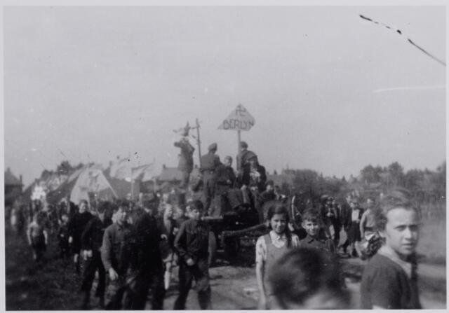 045708 - WOII; WO2; Tweede Wereldoorlog. Optocht in de Hoogstraat t.g.v. het bevrijdingsfeest.