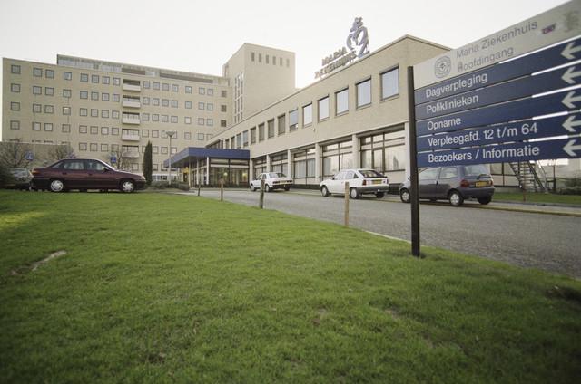 TLB023000613_002 - Hoofdingang Maria Ziekenhuis, aan de zijde van de Doctor Eijgenraamstraat.