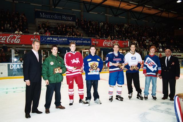 1237_010_770_023 - IJshal. Christ Verwijs toernooi ijshockey Prijsuitreiking.