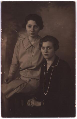 003874 - Links: Johanna Judoca Maria (Jo) BURMANJE (Tilburg, 10 november 1904 - Tilburg, 14 januari 1991). Dochter van Petrus Adrianus (Jos) BURMANJE (1871-1932) en Anna Huberta Princen (1870-1941). De rechtse figuur is onbekend.