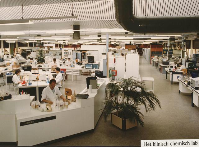 654159 - Elisabethziekenhuis. Gezondheidszorg. Aan het einde van de hoofdgang van het St. Elisabeth ziekenhuis, aan de rechterkant, bevindt zich het klinisch chemisch laboratorium (CKCL).