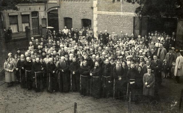 092298 - Bijeenkomst van de leden van de derde orde van St. Franciscus bij de capucijnen. De foto werd genomen voor de kloosterkerk aan de Korvelseweg. Links de Paterstraat met de wagenmakerij van de firma P.A.J. van de Ven-Eras op nr. 79. Op de voorgrond het kloosterlingen van het capucijnenklooster.