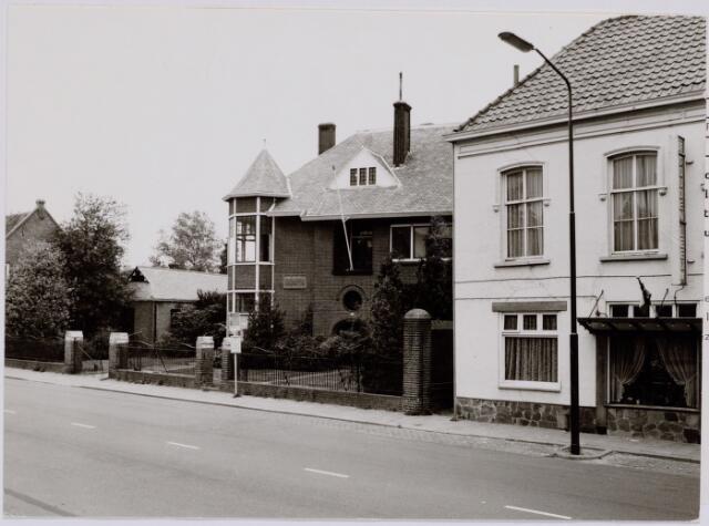 """047237 - Rechts café 'De Gouden Leeuw' Tilburgseweg nr. 35, gesloopt in 1978. In het midden de villa van de familie Peijnenborg-van de Lisdonk. Deze villa werd in de jaren 1970/71 aangepast en in gebruik genomen als bejaardenhuis. Na het vertrek van de bejaarden werd in de villa restaurant """"de Hovel"""" gehuisvest."""