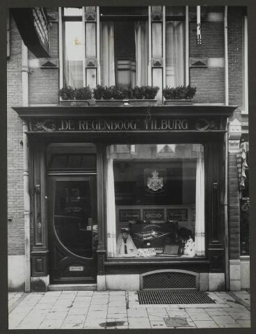071891 - Een filiaal van stoomververij en chemische wasserij De Regenboog aan de Bakkerstraat 13 te Arnhem. De foto is afkomstig uit een album dat werd gemaakt en aangeboden naar aanleiding van het 40-jarig jubileum van textielfabriek De Regenboog van de firma Janssen en Bierens uit Tilburg op 2 december 1930.