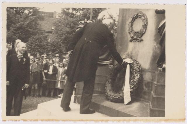 042742 - Nationale Feestdag na de bevrijding. Burgemeester Van de Mortel legt een krans bij het monument van Willem II.