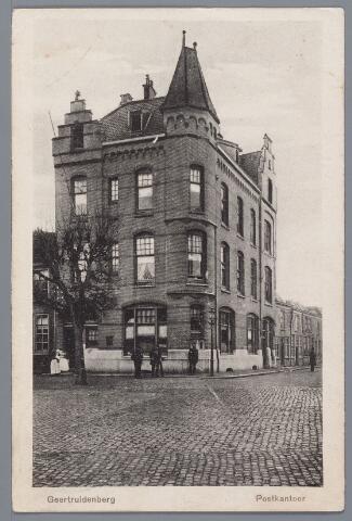 058220 - Postkantoor aan de Markt - Koestraat, geopend in 1902. Omdat bakker van Leest, eigenaar van de huisjes aan weerszijde van het postkantoor in de Koestraat en de Markt, niet meewerkte is het postkantoor in de hoogte gebouwd.