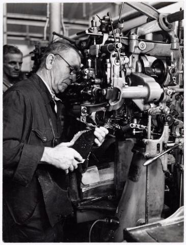 038466 - Schoenindsutrie. Een vakman aan de zwikmachine bij N.V. Mannaerts Schoenfabriek, Lijnsheike.