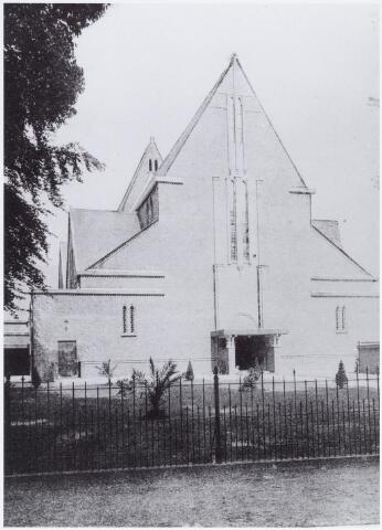 057520 - De Lind. R.K. De Joanneskerk, toegewijd aan Joannes van Oisterwijk, een der martelaren van Gorcum.Architect H. Valk.  De kerk werd op 3 juni 1928 door Mgr. A.F. Diepen geconsacreerd. Naar oude plannen wer de kerk in de jaren 1951/53 voorzien van een toren en voorgebouw.