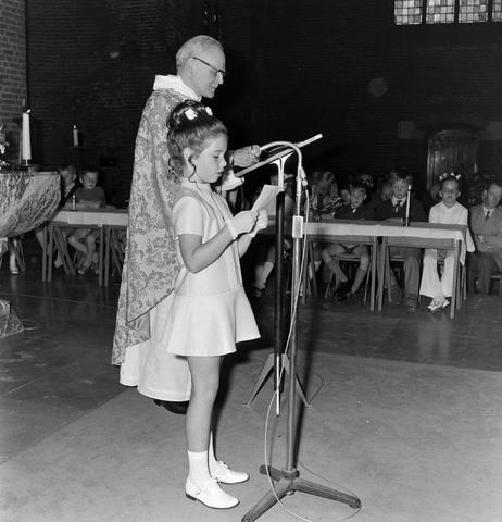 1237_012_983-3_005 - Religie. Kerk. Communicanten. De eerste Heilige Communie in de Maria Boodschap kerk in Goirle in mei 1971.