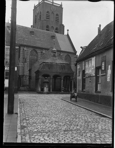 500439 - N.H. kerk van Geertruidenberg aan de Markt. In 1934 een typisch oud hoekje. Voor de kerk de vishal. Rechts op de foto twee jongens spelend met een handkar.