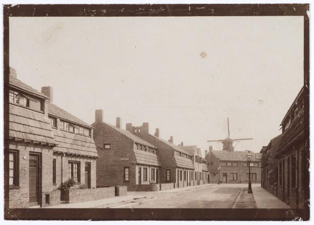 018855 - Nieuwe woningen in de Gerard Brandtstraat in 1927. Op de achtergrond de molen van Tuerlings op het Rosmolenplein