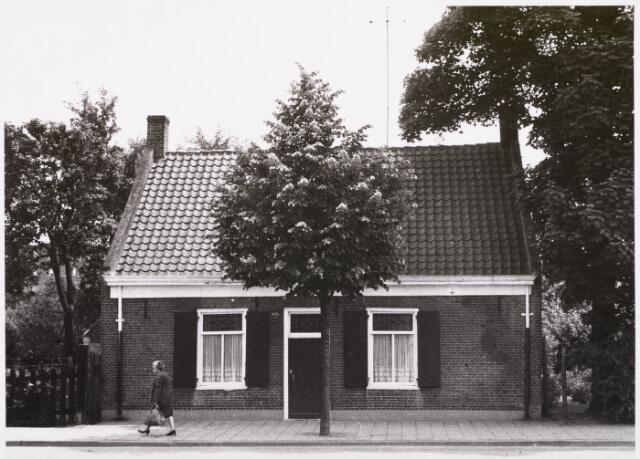 029468 - Reitse Hoevenstraat. Links voor mevrouw Jeanne Haans- Peeters woonachtend Reitse Hoevenstraat 64.