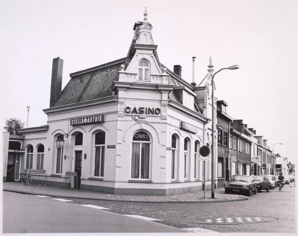 023245 - Café Casino aan de St. Josephstraat. Het was lang in handen van Dré Meulenbroek, een bekende figuur in de Tilburgse horecawereld. Casino ontleende zijn faam aan het feit dat van hieruit de rij-examens werden gehouden