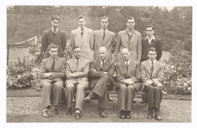 038555 - Volt.Zuid. Geslaagden vakliedenopleiding bij de diploma uitreiking van de cursusjaren 1948/1951 voor J.N.O. en Bemetel op 7-9-1951. Zittend v.l.n.r. de Jong, Rutten, afd. chef gereedschapmakerij, Vroom, bedrijfsingenieur, Hopstaken, practijkdocent, Elands.Staande v.l.n.r. Marinus, Janssen, Clijsen, Geux, en Roberts. Sommigen van de leerlingen bereikten door latere studies hogere functies bij Volt.