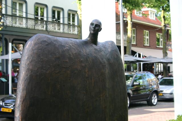 657205 - Kunst en cultuur. Oisterwijk Sculptuur. Een beelden tentoonstelling in de buitenlucht langs De Lind in het centrum van Oisterwijk.
