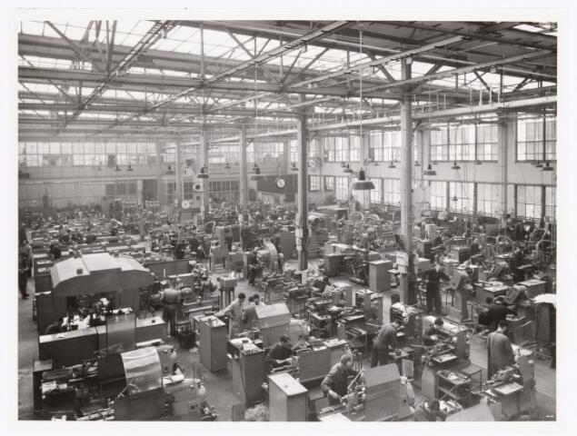 039383 - Volt, Technische Afdeling, Gereedschapmakerij. De Gereedschapmakerij op complex Zuid gebouw M noordzijde rond 1950. De man in het midden helemaal vooraan op de foto is van Kuijk uit Breda.