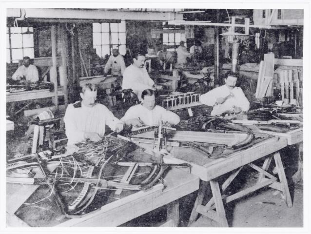 038349 - Interieur van de M.J.H. Kessels, Koninklijke Nederlandsche Fabriek van Muziekinstrumenten, pianoafdeling