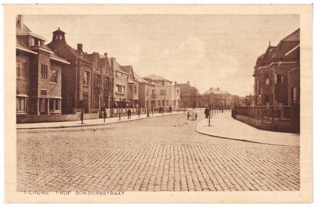 001983 - Professor Dondersstraat richting St. Josephstraat. Op de voorgrond de toenmalige Bosscheweg, nu Tivolistraat. Links de huizen tussen de Bosscheweg en de Jan van Beverwijckstraat, (huisnummers 2 en 8 t/m 16). De eerste bewoner van nummer 2 was de weduwe Van Baal-van Alphen die een handel in manufacturen dreef. Na de oorlog werd het pand in gebruik genomen door de geallieerden en was het keuringsgebouw voor militairen. Vervolgens woonden er de artsen Alexander J.C.M. Brandenburg en E. Harangozo.  Vervolgens het pand van cartonagefabrikant Emanuel Mendels. Hij woonde er tot 1935. De nieuwe bewoner was arts Dirk B. Jochems. Nummer 10 huisvestte het bureau van de Raad van Arbeid, later het bureau voor geneeskundig onderzoek, controle ziektewet en de keuringsraad. De volgende huizen werden in 1933 bewoond door Theodorus van Mierlo, directeur van de gemeentelijke gasfabriek, assuradeur Caspar Houben en koopman Willem Verhoeven.