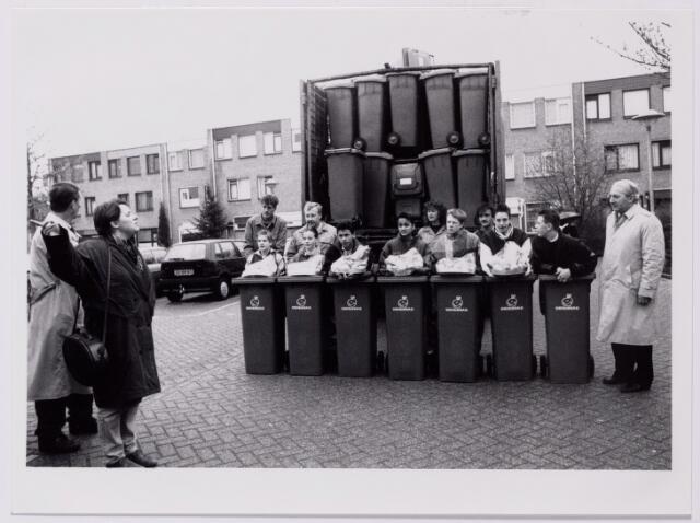 043619 - Rechts wethouder Van Hassel maakt reclame voor het gebruik van de groenbak van de gemeentelijke milieudienst.