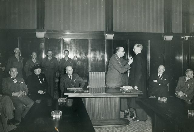 1696063 - Rode Kruis afdeling Tilburg. Uitreiking van het herinneringskruis 1940-1945 op 9 mei 1950 in het Paleis-Raadhuis.