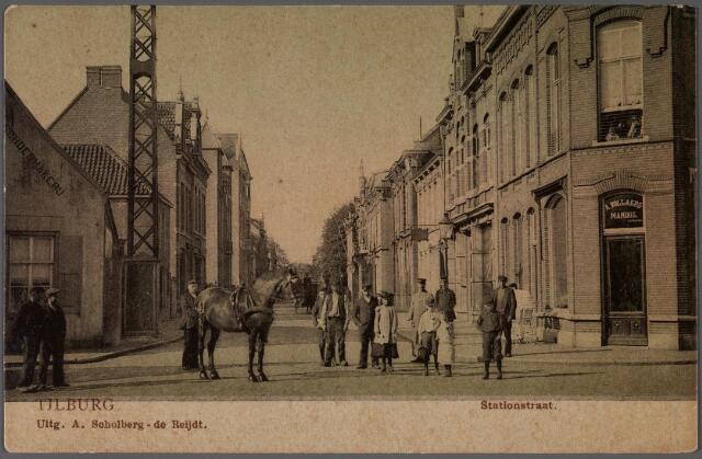 011330 - Stationsstraat, hoek Tuinstraat. Op deze hoek het pand M 1115, vanaf 1910 Stationstraat 48/50. Op de hoek woonde rond 1900 Antonius Mattheus Vollaers, geboren te 's-Hertogenbosch op 15 september 1868. Hij was getrouwd met Maria H.L. Mandos. In 1900 is zijn beroep boekhouder, wijnhandelaar en handelaar in gedistilleerd. Vollaers overleed te Tilburg op 10 april 1921. Na zijn overlijden werd de winkel onder de firmanaam 'A. Vollaers-Mandos, wijnen en likeuren' voorgezet in het pand Stationsstraat nr. 48. Links het pand Noordstraat M 1076, vanaf 1910 Noordstraat 104. Hier zat de maatschoenmakerij van J.B.C. Dudar. Dudar verhuisde in 1916 naar de Nieuwlandstraat, waarna dit eeuwenoude pand is gesloopt.