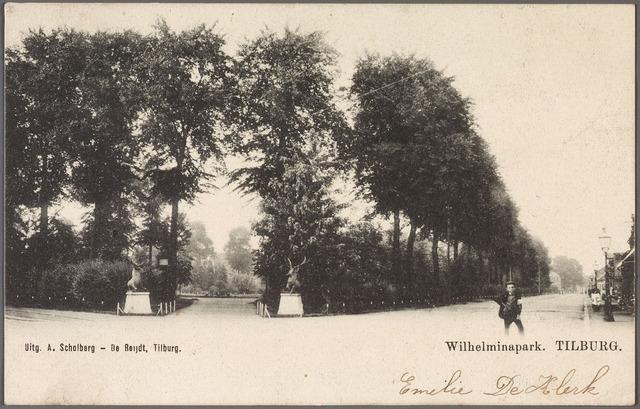 010904 - Links de ingang van het Wilhelminapark, gemarkeerd door twee herten,