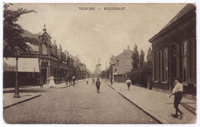 001462 - Koestraat in noordelijke richting. Links op de hoek van de Leonard van Vechelstraat café Kerkzicht. Aan de andere zijde van deze straat een gaslantaarn. Op de achtergrond de molen aan het Rosmolenplein.
