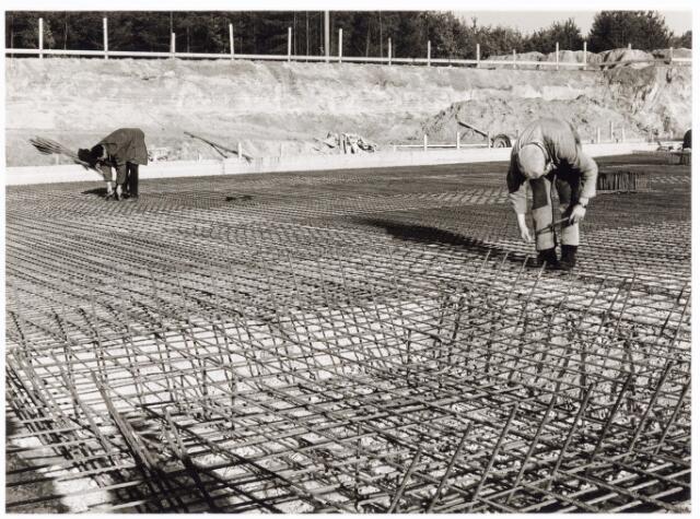 039221 - Volt, Algemeen, Gebouwen, Nieuwbouw t.b.v. de gereedschapmakerij. Betonvlechters aan het werk t.b.v. de fundering van hal ND op complex Noord in 1963.